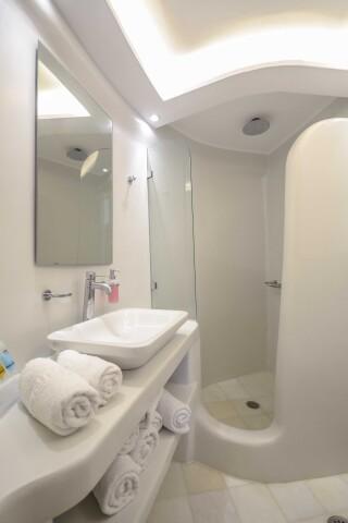 exclusive villa naxian queen bathroom